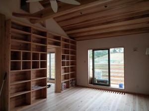 2階のフリースペース 大きな造付書架